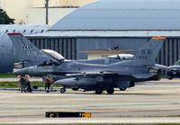 米軍F16戦闘機が緊急着陸 トラブル?自走できず 嘉手納基地