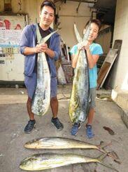 残波海岸で118センチ、9・6キロのマンビカーを釣った高岩満さん(左)と高岩力輝さん=17日
