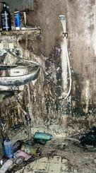 上京先で息子が住んでいたアパートの風呂場。ヨシエさんが写真に収めた=2013年、都内(提供)