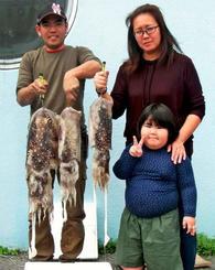 嘉手納海岸で4.35キロのクブシミなどを釣った仲栄真誠さん(左)=5日