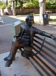 初代カナダ首相ジョン・A・マクドナルド卿の像