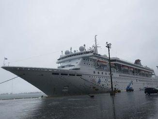 乗客244人を乗せて寄港した「スーパースター・リブラ」=13日、中城湾港西ふ頭