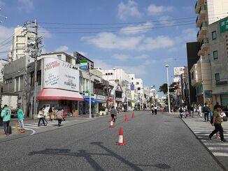 観光客が減り閑散とする那覇市の国際通り(資料写真)