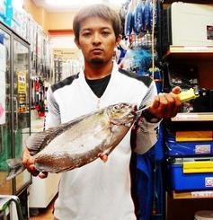 北谷海岸で40センチ、1.8キロのカーエーを釣った東江龍次さん=8月26日