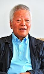 76歳のいまも現役。撮った写真を週刊誌などに売り込むという石川文洋さん=沖縄タイムス社