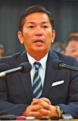 浦添市長選への立候補を表明する松本哲治氏=23日、浦添市西原・ピーズスクエア