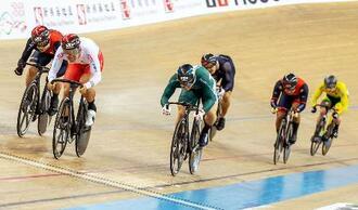 自転車トラック種目ネーションズカップの男子ケイリンで準決勝に進んだ脇本雄太(左から2人目)=香港(香港自転車協会提供・共同)