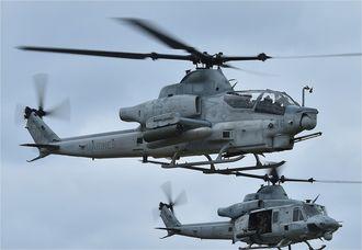 <資料写真>米軍AH1Z攻撃ヘリコプター(手前)=2018年1月、渡名喜村の村営ヘリポート