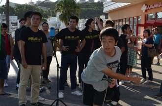 ゴリさんらが見守る中、投球する「沖縄を変える?速球王決定戦」の参加者=南風原町・サザンプレックス特設会場