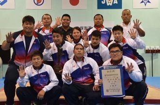 4年連続16度目の団体優勝を果たした重量挙げの県選手団