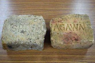 発掘された耐火れんが。ローマ字で「SHINAGAWA」と書かれている