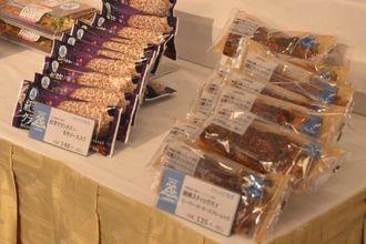 沖縄出店20周年を記念したローソン沖縄の新商品=18日、那覇市のANAクラウンプラザホテル沖縄ハーバービュー