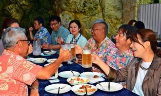 ビアガーデン2018のプレオープンで食事を楽しむ来場者ら=那覇市のANAクラウンプラザホテル沖縄ハーバービュー