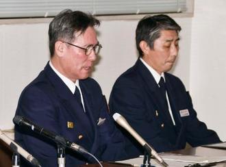 記者会見する能代消防署の佐藤浩司署長(左)=22日午後、秋田県能代市