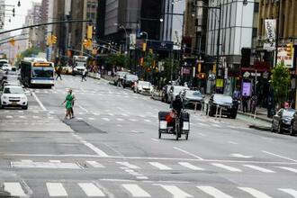 人けの少ないマンハッタンの8番街=28日、ニューヨーク(AP=共同)