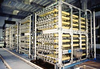 稼働時間を延ばし、淡水化した水を県内に供給している北谷町の海水淡水化センター(県企業局提供)