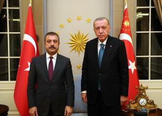 トルコのエルドアン大統領(右)とカブジュオール中央銀行総裁=13日、トルコ大統領府提供(ゲッティ=共同)
