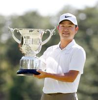 ゴルフ時松が逆転でツアー3勝目 アマ久保田は崩れ4位