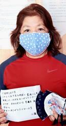 贈られた手作りマスクとお礼状を披露する玉那覇淳子さん=20日、中城村