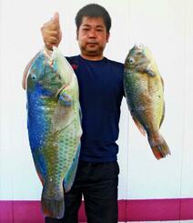 金武海岸で67.5センチ、5.58キロと44.6センチ、1.5キロのマクブを釣ったイエローラインの渡眞利淳弥さん=9月29日