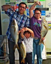 読谷海岸で4キロと3・54キロのタマンを釣った平川龍樹さん(左)=5月31日