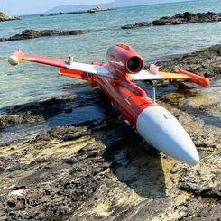 岩場に乗り上げた無人機と見られる機体=8日午前10時ごろ、竹富町竹富島(上間学さん提供)