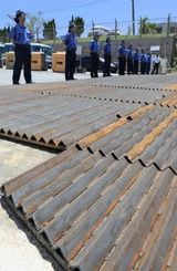 キャンプ・シュワブのゲート前に置かれた鉄板=7月29日、名護市辺野古