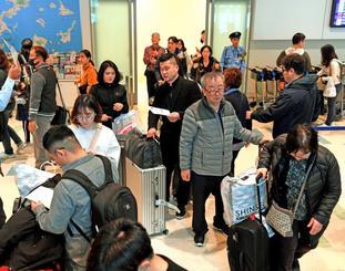 春節を県内で過ごそうと来沖した外国人観光客=5日、那覇空港