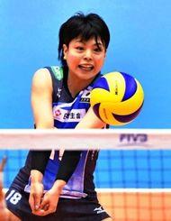 バレー五輪最終予選の韓国戦でレシーブする座安琴希選手=5月17日、東京体育館