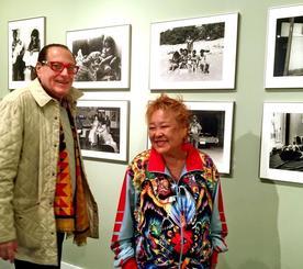 米ニューヨーク市内で開催された写真展「エイパッド・フォトグラフィー・ショー」に作品を出品した石川真生さん(右)=3月31日