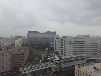 那覇市の上空=23日午後4時50分ごろ