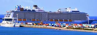 那覇港国際コンテナターミナルに寄港した客船「オベーション・オブ・ザ・シーズ」=31日