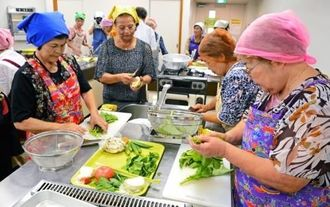 島野菜を活用した料理をつくる参加者たち=読谷村座喜味・村文化センター