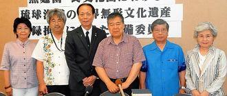 東京農大名誉教授の小泉武夫氏(右から3人目)ら準備委員会の委員=4日、県庁記者会見室
