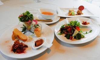 前菜、スープ、メイン、デザートに、それぞれ旬の野菜がふんだんに使われる人気の「ウチゴハン」(1200円)
