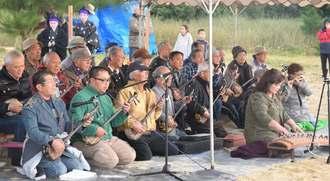 新年を祝い「かぎやで風」を奏でる参加者=1日午前7時17分、名護市辺野古