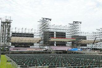 AKB48選抜総選挙に向けて建設が進むステージ=13日、豊見城市豊崎海浜公園