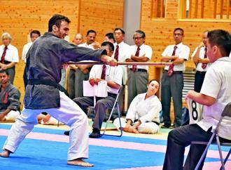 本番に向け、古武道の部では棒術の審判講習会が行われた=31日、豊見城市・沖縄空手会館(国吉聡志撮影)