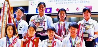 団体2連覇を果たした首里。山城り子(後列右から2人目)は個人試合も制し2冠を達成した(下地広也撮影)