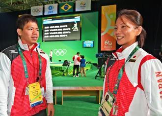 教え子の糸数陽一選手(左)の健闘をたたえる平良真理コーチ=9日午後、リオデジャネイロ(又吉俊充撮影)