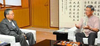 川田司大使(左)へ米軍関係者の事件で苦言を呈す翁長雄志知事=6日、沖縄県庁