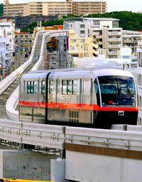 夏に延伸開業の沖縄のモノレール 運転士の試走始まる 3両編成の検討も