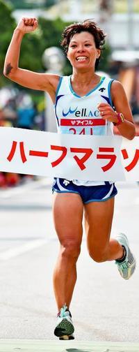 <尚巴志ハーフマラソン>東江、復活の笑顔 9年ぶり2位と5分差