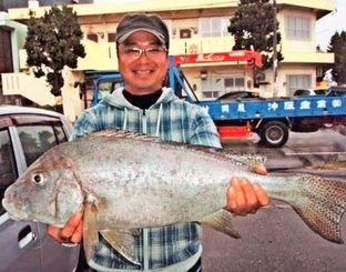 三重城海岸で74センチ、4.15キロのコロダイを釣った山入端健さん=18日