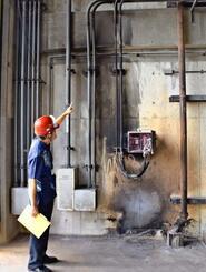 火は高さ3メートルにまで上がったという=15日、南風原町の那覇・南風原クリーンセンター