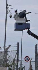 すでにあった防犯カメラの上部に新たに設置されたカメラ=25日午前、名護市辺野古の米軍キャンプ・シュワブのゲート付近