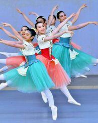 屋外のステージで、クラシックバレエを披露するバレエ教室の子どもたち=25日、宜野湾海浜公園屋外劇場(下地広也撮影)
