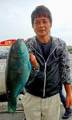 宜名真の磯で44.4センチ1.55キロのオーバチャーを釣った外間修さん=7日
