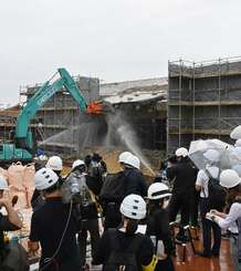 重機を使った首里城北殿の一部撤去作業が始まった=31日午前、那覇市・首里城公園