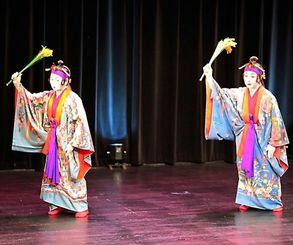 山田多津子、渡久地美代子両会主による「稲まづん」はゆったりとした琉舞の美しさで観客を魅了した